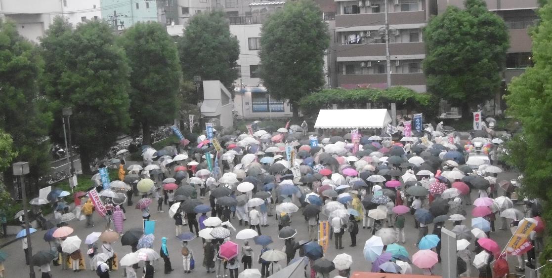 雨の中、集会が始まる前からたくさんの方が