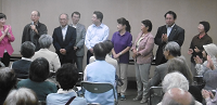 代表質問が終わった後の懇談会で紹介される鋸南4町議と松戸3市議
